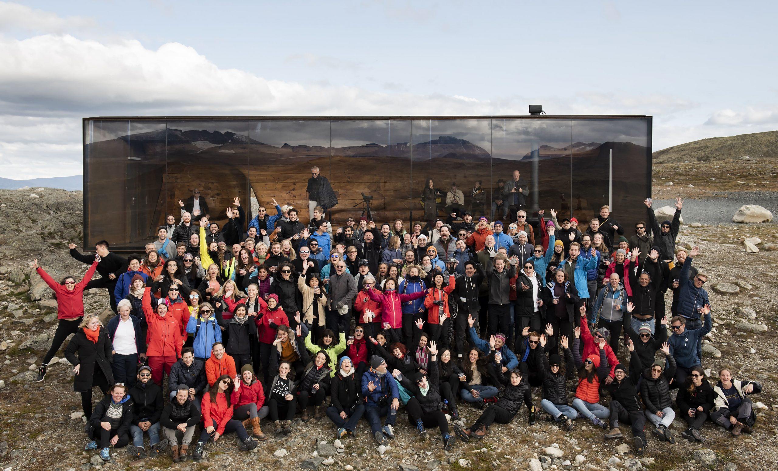 Das Team von Snøhetta vor der Tverrfjellhytta. Baumeister Curated B6. Foto: Ketil Jacobsen